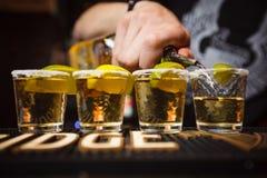El camarero vierte el club del primer del tequila fotografía de archivo
