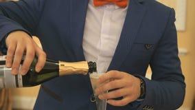 El camarero vierte el vino espumoso en el vidrio almacen de metraje de vídeo