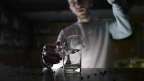 El camarero vierte el polvo del canela a la llama del cóctel del sambuca, cóctel el flamear, bebida del alcohol, partido de la ba metrajes