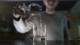 El camarero vierte sambuca el flamear al vidrio en el partido del nigtclub, c?ctel el flamear, bebida del alcohol, partido de la  metrajes