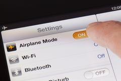 El cambiar al modo del aeroplano en un iPad Fotografía de archivo libre de regalías