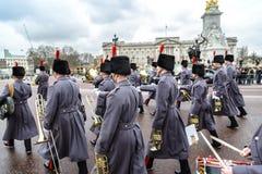 El cambio de la ceremonia del guardia en el Buckingham Palace Fotos de archivo