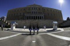 El cambio del guardia en el edificio griego del parlamento Imágenes de archivo libres de regalías