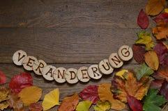 """El cambio se va en la madera con el """"NDERUNG de las letras VERÃ Imagen de archivo"""