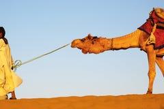 El camello tiró por el hombre en la duna de arena, Rajahstan Fotos de archivo