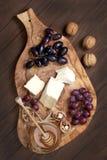El camembert del queso con la miel y las nueces sirvió con la uva Foto de archivo