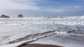 El cameraman que toma el paisaje marino corre lejos de las ondas almacen de metraje de vídeo