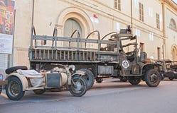 El camión americano viejo armó con una ametralladora Imagen de archivo libre de regalías
