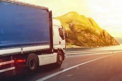 El camión corre rápidamente en la carretera para entregar Imagenes de archivo