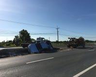 El camión de auxilio arrastra hacia fuera la recogida después del accidente de carretera en Tailandia Fotografía de archivo libre de regalías