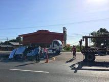 El camión de auxilio arrastra hacia fuera la recogida después del accidente de carretera, Tailandia Foto de archivo