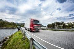 El camión de combustible acomete abajo de la carretera, Norwey Coche del camión en el movimiento Imagenes de archivo
