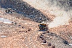 El camión de descargador que conduce en una mina activa de la mina del pórfido oscila Fotografía de archivo
