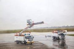 El camión de descongelación descongela un avión antes Fotos de archivo