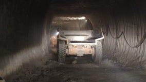 El camión de la opinión de la parte trasera con la carrocería conduce en el túnel metrajes