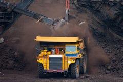 El camión de mina descarga el carbón Foto de archivo