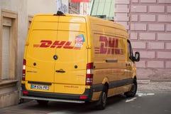 El camión de reparto de DHL parqueó en la calle cerca de lugar principal imagen de archivo libre de regalías