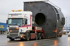 El camión de Scania V8 acarrea una carga ancha imagen de archivo