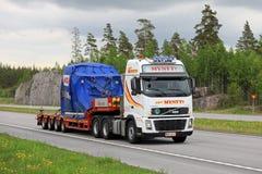 El camión de Volvo transporta el objeto industrial a lo largo de la autopista Imagen de archivo
