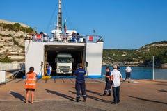 El camión deja hacia fuera el transbordador en el puerto de Bonifacio Fotos de archivo libres de regalías