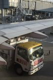 El camión del aceite está reaprovisionando un aeroplano de combustible antes saca en el aeropuerto de Hong Kong fotografía de archivo