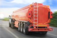 El camión del depósito de gas va en la carretera Foto de archivo libre de regalías