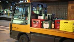 El camión del servicio para el transporte de mercancías va al ferrocarril almacen de video