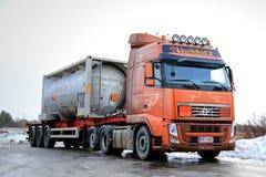 El camión del tanque de Volvo FH transporta mercancías inflamables Imagen de archivo