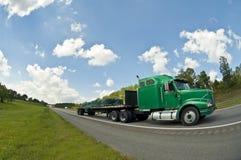 El camión del verde semi apresura abajo de la carretera Imágenes de archivo libres de regalías