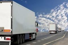 El camión en la carretera de asfalto Imagenes de archivo