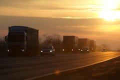 El camión en la carretera de asfalto Fotos de archivo