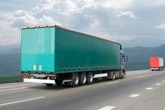 El camión en la carretera de asfalto Fotos de archivo libres de regalías