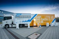 El camión grande de la versión parcial de programa de los datos de SAP se coloca cerca de Messe Berlín Foto de archivo libre de regalías