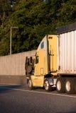 El camión grande del aparejo semi con el remolque requiere la reparación y el soporte del motor Imágenes de archivo libres de regalías