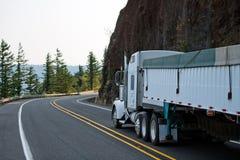 El camión grande del blanco del aparejo semi con bulto cubrió semi el funcionamiento del remolque fotos de archivo libres de regalías