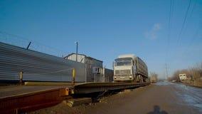 El camión llega en depósito de la fábrica almacen de video