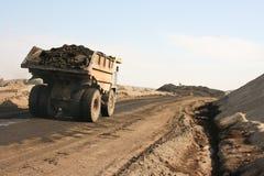 El camión lleva el carbón imágenes de archivo libres de regalías