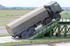 El camión militar de KAMAZ supera las escaleras fotos de archivo