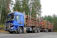 El camión polar azul de la madera de Sisu acarrea la madera Imágenes de archivo libres de regalías