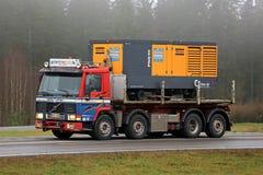 El camión retro de Volvo FL10 320 acarrea un compresor Fotos de archivo libres de regalías