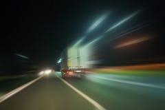 El camión se mueve en la carretera en la noche imágenes de archivo libres de regalías