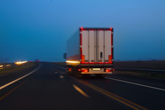 El camión se mueve en la carretera en la noche imagen de archivo libre de regalías