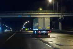 El camión se mueve en la carretera en la noche foto de archivo