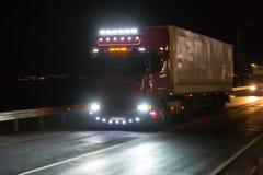 El camión se mueve en la carretera en la noche fotos de archivo libres de regalías