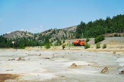 El camión se mueve en un terreno inusual Imagen de archivo libre de regalías