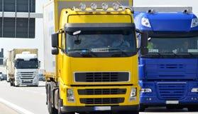 El camión transporta mercancías por el camino - envío y logística imagenes de archivo