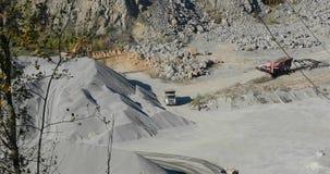 El camión volquete industrial grande lleva el cargo en la mina, explotación minera, minando la piedra almacen de video