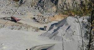 El camión volquete industrial grande lleva el cargo en la mina, explotación minera, minando la piedra metrajes