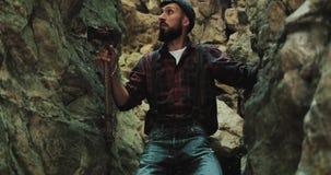 El caminante barbudo con un hacha sube alzas hacia fuera abandona las montañas cárpatas del barranco de la ranura Investigación d almacen de video