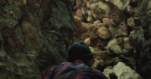 El caminante barbudo con un hacha sube alzas hacia fuera abandona las montañas cárpatas del barranco de la ranura Investigación d almacen de metraje de vídeo